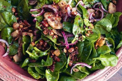 Salade met spinazie, dadels en microgroenten