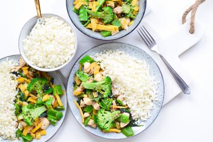 Wokgerecht met broccoli, kip en bloemkoolrijst