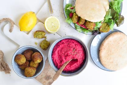 Pita gevuld met rode bieten hummus en falafel