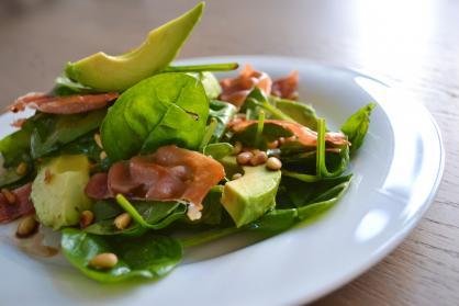Spinaziesalade met avocado, bietjes en bacon