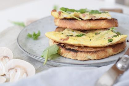 Toast met omelet en champignons